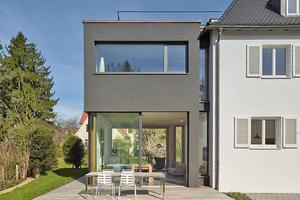 Das Einfamilienhaus aus den 1920 Jahren in Stuttgart-Degerloch erhielt ein WDVS und einen schwarzen Kubus als Anbau, der ebenfalls mit eine WDVS von Caparol gedämmt wurde