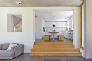 Wie viele Häuser aus den 1920er-Jahren hat auch das in Stuttgart ein etwas erhöhtes Erdgeschoss. Zum ebenerdigen Anbau führt innen daher eine flache Sitztreppe