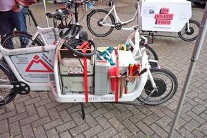 Auf Basis eines Bullitt 6000 hat Dirk Schmidt dieses Lastenrad selber mit einem Vorderradnabenmotor, Bedienteil und einem 36 V Rasenmäherakku von Bosch zum Pedelec aufgerüstet