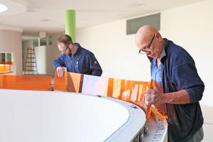 """Ein Vermessungsbüro berechnete die Radien und Bogenlängen der Brüstung für die Anfertigung verschiedenfarbiger Glasscheiben, die den oberen Abschluss der Brüstungen bilden<span class=""""bildnachweis"""">Fotos: Bild – Text – Ton Schneider</span>"""