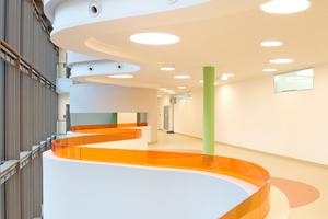 """Eine gelungene """"Visitenkarte"""" für das eigene Unternehmen und den modernen Trockenbau hinterließ die thermo isolierbau GmbH mit der hochwertigen Gestaltung des Foyers mit Treppenhaus im neuen Gesundheitszentrum"""
