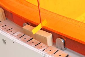 Der Einbau der kolorierten Scheiben erfolgte mit zur Absturzsicherung zugelassenen Glasklemmen, die kraftschlüssig mit einer Mehrschichtholzplatte verbunden wurden