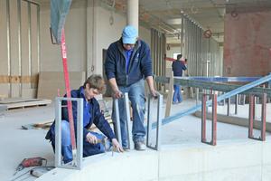 Rechts: In der Schlosserei der Firma thermo isolierbau fertigten die Handwerker aus Stahlprofilen Verstärkungen für die Unterkonstruktion der Brüstungen
