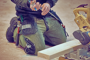 """Links: Widerstandsfähig, praktisch und bequem sind die neuen Sweatpants im Jogginghosen-Stil mit wasserfesten Beintaschen und dehnbaren Kniepolstertaschen<span class=""""bildnachweis"""">Foto: Kansas</span>"""
