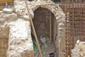 """Der im Dinglingerhaus gefundene historische Kellers musste erhalten bleiben, durfte aber weder ab- noch wiederaufgebaut werden, sondern sollte von der Stahlbetonkonstruktion des neuen, zweigeschossigen Kellers umbaut werden<span class=""""bildnachweis"""">Foto: IPROconsult</span>"""