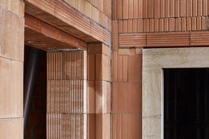 """Rechts: Einbindung der Sandsteingewände in die Wände mit Anschlagziegeln (links die vorbereitete Fensteröffnung, rechts die gleiche Situation mit bereits montiertem Gewand)<span class=""""bildnachweis"""">Fotos (5): Wienerberger/ Michael Moser</span>"""