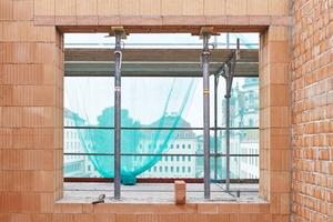 Wärmegedämmter gerader Ziegelsturz über einem Fenster