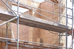 Fenster mit Segmentbogen im klassischen Mauerwerksbau mit zwei Dämmschichten im Bogen