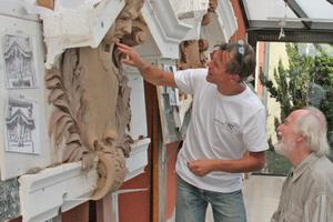 """Abnahme eines Stuck-details aus Ton nach Fertigstellung<span class=""""bildnachweis"""">Fotos (3): Sächsische Sandsteinwerke</span>"""