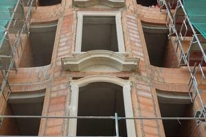 """Links oben: Zum überwiegenden Teil mörtelten die Handwerker die Sandsteinelemente traditionell in das Mauerwerk ein<span class=""""bildnachweis"""">Foto und Zeichnung: IPROconsult</span>"""