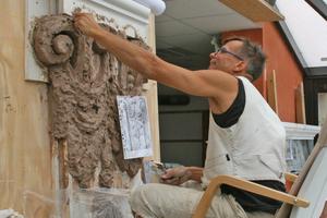 Links: Das Modell eines Stuckdetails wird aus Ton hergestellt