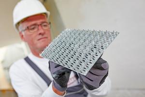 Das wichtigste Werkzeug zur Herstellung eines Edelkratzputzes ist der Kratzigel: ein Metallbrett mit regelmäßigen Spitzen an der Unterseite. Einen neuen Kratzigel reibt man am besten zunächst über eine raue Oberfläche, um das Werkzeug etwas abzustumpfen