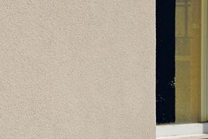 """Links: Ein schönes Beispiel für eine dauerhaft nahezu algenfreie mineralische Putzfassade findet sich am UNESCO-Weltkulturerbe """"Haus am Horn"""" in Weimar<span class=""""bildnachweis"""">Fotos: Saint-Gobain Weber</span>"""