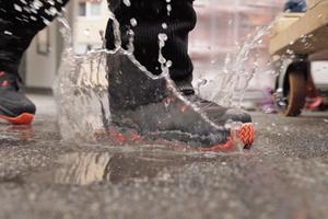 Rechts: In den wasserfesten Arbeitsschuh gelangt von außen keine Feuchtigkeit, Nässe von innen dringt aber nach draußen