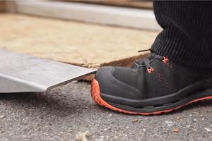 Der Arbeitsschuh schützt den Fuß zuverlässig vor scharfen Kanten