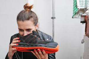 Marlene von Thiesenhausen, Freundin von ZEP-Team-Geschäftsführer Eugen Penner, wagt den Geruchstest nach dem Tragen des Schuhs. Ihr Urteil: Kein Schweissgeruch!