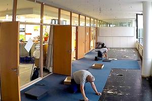 Nachdem der alte Teppichboden entfernt und der Hohlboden gesäubert war, verlegten die Handwerker neuen Teppichboden
