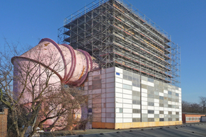 Nach Einrüstung der mehrgeschossigen Laborhalle wurde die Fassade aus mittlerweile grauen Sandwichelementen gegen neue, im ursprünglichen Blau lackierte Fassadenpaneele ausgetauscht Foto: Thomas Knappheide