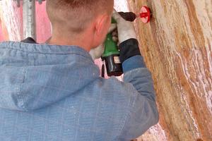 Bohrkerne werden aus dem PU-Schaum der Röhre gezogen, um Wasser aus den Hohlräumen zwischen Schaum und Stahlrohr abzulassen, damit der Schaum anschließend austrocknen kann