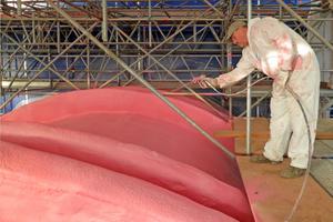 Der PU-Schaum der Röhre wird abschließen im Airless-Ver-fahren rosa lackiert Fotos (5): adb Ewerien und Oberman