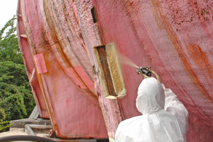 Die Ausschnitte im PU-Schaummantel der Röhre werden mit neuem PU-Schaum aufgefüllt Fotos (5): adb Ewerien und Obermann
