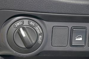 Per Drehregler wird der Antriebsmodus gewählt: 2D für Hinterradantrieb, 4H für Allrad mit einer Kraftverteilung von 50:50 und 4LO für die Geländeübersetzung