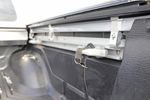 Das C-Channel-Verzurrsystem besteht aus drei Schienen an den Seitenwänden und der hinteren Kabinenwand, die mit verschiebbaren Verzurrschlitten ausgestattet sind