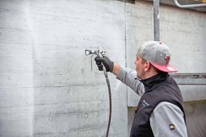 Rechts: Die Schutzbeschichtung mit beigemischter Lasur spritzten die Handwerker wo möglich airless