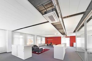 "Links: Großraumbüro mit Deckensegel ""Thermatex Sonic sky"""