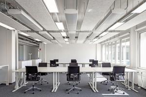 """Büro mit Deckensegel """"Heradesign Sonic element"""" aus Holzwolle Fotos: Knauf AMF"""
