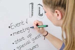 """Die magnetische Whiteborardfläche kann mit handelsüblichen Whiteboard-Markern beschriftet und problemlos wieder gereinigt werden<span class=""""bildnachweis"""">Fotos: Brillux</span>"""