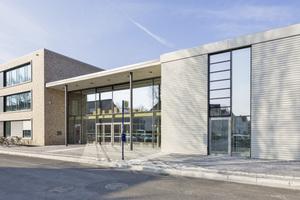 Helles Sichtmauerwerk und große Glasflächen, eingerahmt von Betonfertigteilen, bestimmen die Äußere der neuen Gesamtschule in Lippstadt
