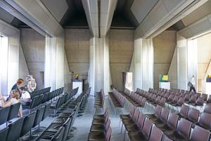 Der Saal im Sitzungstrakt ist ganz im Stil der 1960er Jahre gestaltet