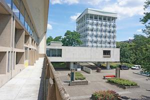 Blick auf eines der Punkthochhäuser des Rathauses Marl vom  Sitzungstrakt aus⇥