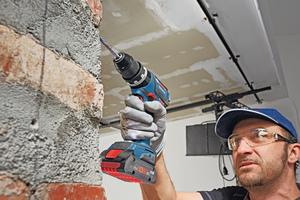 """Mit dem neuen """"ProCORE18V 4Ah"""" Akku geht die Arbeit deutlich leichter und damit auch komfortabler von der Hand<span class=""""bildnachweis"""">Fotos: Bosch</span>"""