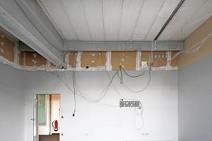 Das Büro im Güters- loher Bauverlag, das zur Lounge werden soll. Die alte abgehängte Rasterdecke  ist bereits entfernt