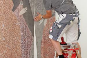 Ein Mitarbeiter des Malerbetriebs Eickholz fügt die Bahnen der Vliestapete nahtlos aneinander Fotos: Thomas Wieckhorst