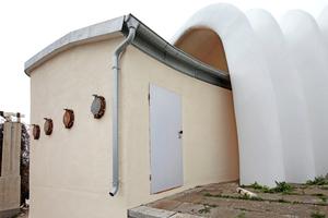 Rückseite der Kurmuschel mit einem der beiden Kulissenbauten nach Abschluss der  Sanierungsarbeiten …