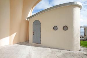 """Einer der beiden Kulissenbauten nach Abschluss der Sanierungsarbeiten auf der Vorderseite der Kurmuschel<span class=""""bildnachweis"""">Fotos (2): Benedikt Kraft / DBZ</span>"""