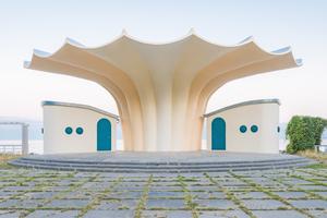 Seit Mitte dieses Jahres sind die Sanierung- und Restaurierungsarbeiten an der denkmalgeschützten Kurmuschel in Sassnitz abgeschossen. Das von 1986 bis 1988 nach Plänen von Ulrich Müther entstandene Gebäude wird heute von einer Beschichtung geschützt, die eigentlich für Betonbehälter gedacht ist Foto: Florian Nessler