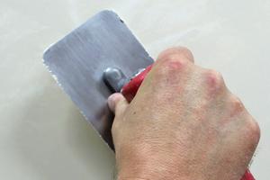 Die Grundfarbe des Materials ist eine naturweiße Kalkfarbe