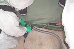 Persönliche Schutzausrüstung und Absaugung bei der Asbestsanierung