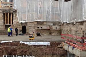 Zunächst musste in einem Teilbereich im leeren Kern des Gebäudes der Verbau für ein zusätzliches Technikgeschoss erstellt werden