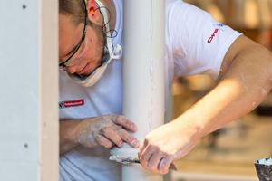Stuckateur Alexander Schmidt bei der Erstellung des zweiten Moduls, einer Säule aus Gips