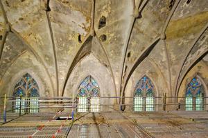 Stark geschädigte Decke in der ehemaligen Kirche des Klosters