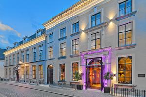Der Eingang in das heutige Hotel Nassau befindet sich im mittleren der drei historischen Häuser aus dem 16. Jahrhundert