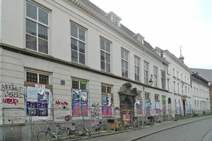 Die drei historischen Häuser in der Nieuwstraat in Breda vor Beginn der Sanierungs- und Umbauarbeiten
