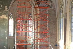 Der Stuck, der die Grate der Kreuzrippengewölbe im Kirchenschiff ziert, musste zum Teil von den Stuckateuren aufwendig wiederhergestellt werden