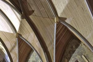 Die Handwerker montierten zwischen den Rippen der Decke eine Holzschalung, die sie anschließend verputzten