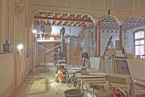 Die alten Schilfrohrdecken wurden zum überwiegenden Teil durch Trockenbaudecken ersetzt, wie hier auf der Empore in der Kirche